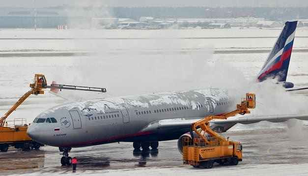 Чем обрабатывают самолеты зимой